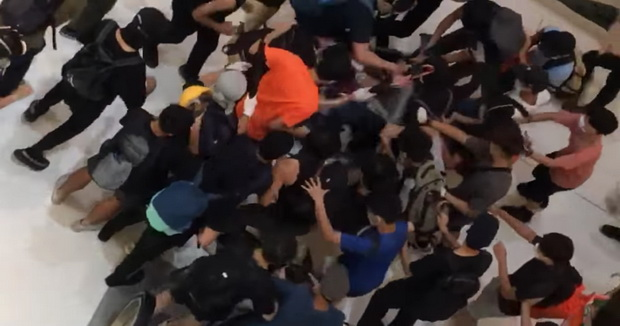 อ้าว!!ชุมนุมฮ่องกงไม่สันติจริง ถูกแพร่คลิปแฉรุมกระทืบตำรวจอย่างทารุณ(ชมวิดีโอ)
