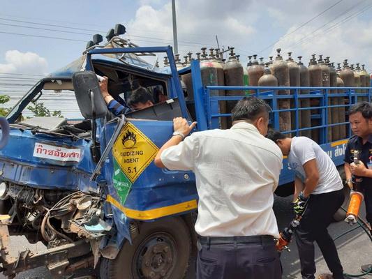 หวิดบื้ม!รถบรรทุกถังอ๊อกซิเจนชนรถนักเรียนบาดเจ็บหามส่งโรงพยาบาล