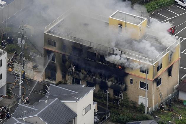 """In Clip: มือวางเพลิง """"สตูดิโอแอนิเมชันญี่ปุ่น"""" ตะโกนลั่น """"ตายซะ!"""" ก่อนราดน้ำมันจุดไฟเผา ล่าสุดยอดดับพุ่งเกือบ 30 บาดเจ็บ 36"""