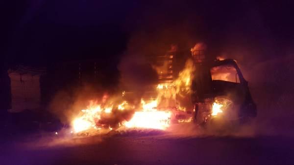 สุดระทึก!ไฟไหม้รถพ่วงขนข้าวโพดเต็มคันกลางดอย ซ้ำรอยบัสเมียนมาย่างสด 20 ศพ