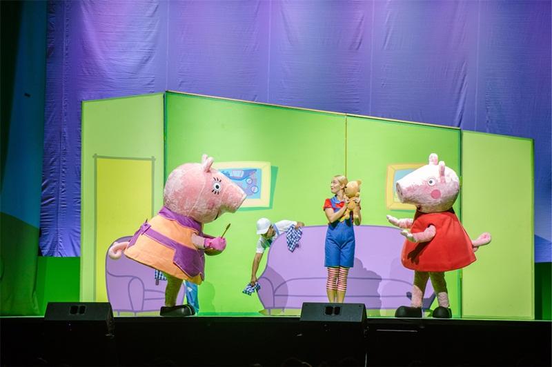 """""""ครอบครัวดารา"""" พร้อมใจต้อนรับ """"เปปป้าพิก""""พี่หมูสีชมพู ร่วมชมPEPPA PIG LIVE CELEBRATION 2019 IN BANGKOKก่อนใคร"""