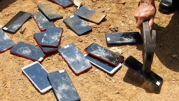 อื้อ ! ศุลกากรแม่สายเผา-ทุบทิ้งโทรศัพท์มือถือยันบุหรี่ไฟฟ้าสินค้าผิดกม.มูลค่ากว่า 11 ล.