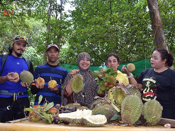 """""""สวนครูตุ้ม"""" เปิดให้นักท่องเที่ยวเข้าชมชิมชอปผลไม้ตามฤดูกาลเต็มอิ่มเพียง 150 บาท"""