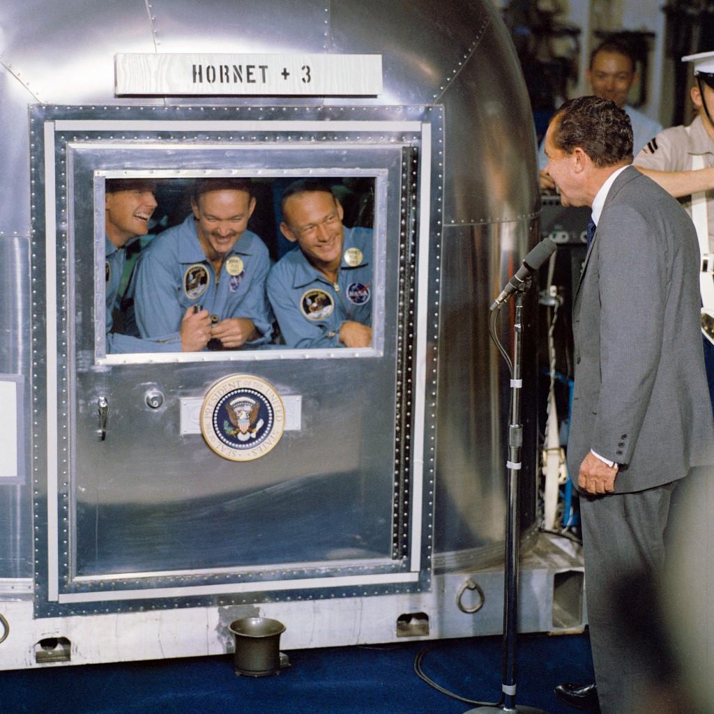ไมเคิล คอลลินส์ และ บัซ อัลดริน พบประธานาธิบดี ริชาร์ด นิกสัน (Richard Nixon) ระหว่างถูกกักบริเวณในห้องควบคุม (HO / NASA / AFP )