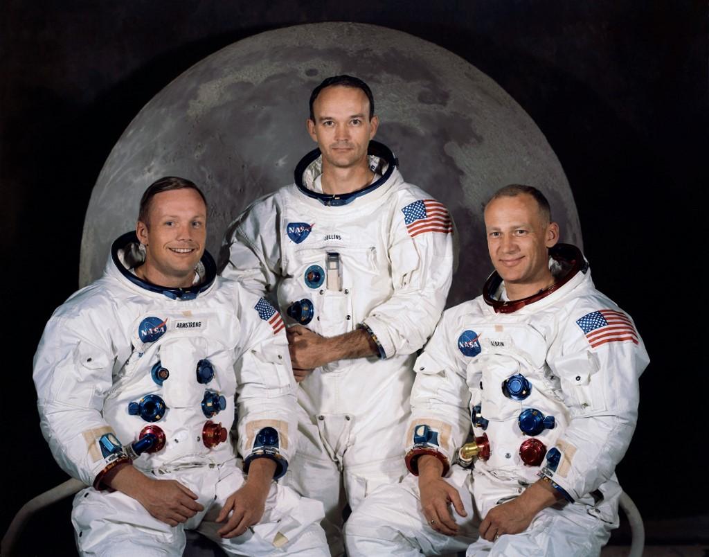 ภาพถ่ายอย่างเป็นทางการของลูกเรืออะพอลโล 11 จากศูนย์อวกาศเคนเนดี (Kennedy Space Center) เมื่อ 30 มี.ค.1969 (ซ้ายไปขวา)  นีล อาร์มสตรอง ในฐานะผู้บังคับการ (HO / NASA / AFP )