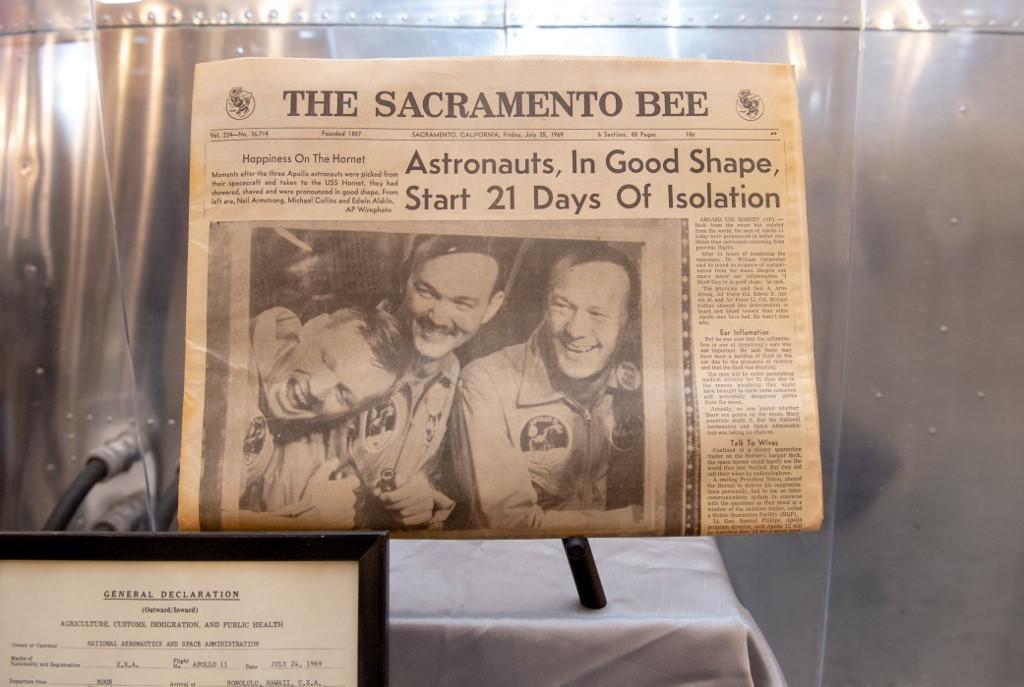 หนังสือพิมพ์ฉบับประวัติศาสตร์หลังลูกเรืออะพอลโล 11 กลับสู่โลก  และจัดแสดงในนิทรรศการฉลองวาระ 50 ปีส่งมนุษย์ไปดวงจันทร์ (JOSH EDELSON / AFP)
