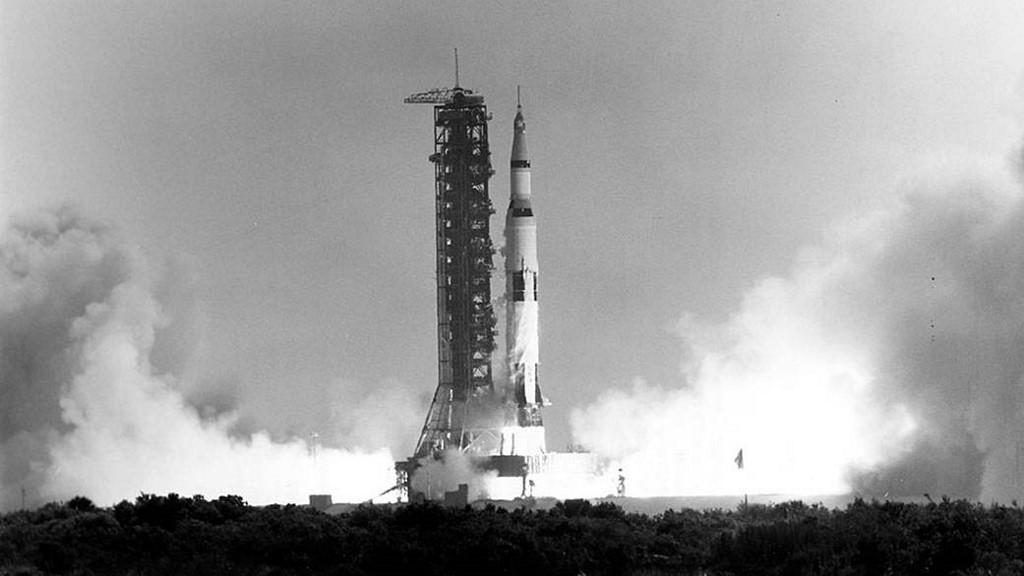 ภาพจรวดแซทเทิร์น 5 (Saturn V rocket) นำลูกเรืออะพอลโล 11 ทะยานจากฐานปล่อยจรวดในศูนย์อวกาศเคนเนดี (Kennedy Space Center) ในฟลอริดา สหรัฐฯ เมื่อ 16 ก.ค.1969 มุ่งสู่ดวงจันทร์ (HO / NASA / AFP)