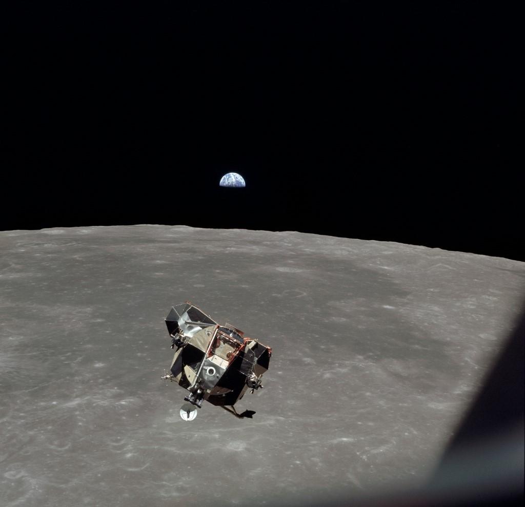 ภาพโมดูลดวงจันทร์อีเกิล (Eagle Lunar Module (LM) ในปฏิบัติการอะพอลโล 11 โครจรรอบดวงจันทร์ เมื่อ 20 ก.ค.1969  (HO / NASA / AFP)