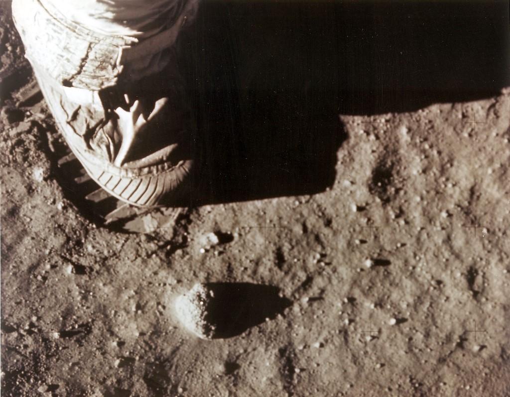 เท้าขวาของ นีล อาร์มสตรองที่เหยียบลงบนพื้นผิวดวงจันทร์ (HO / NASA / AFP)