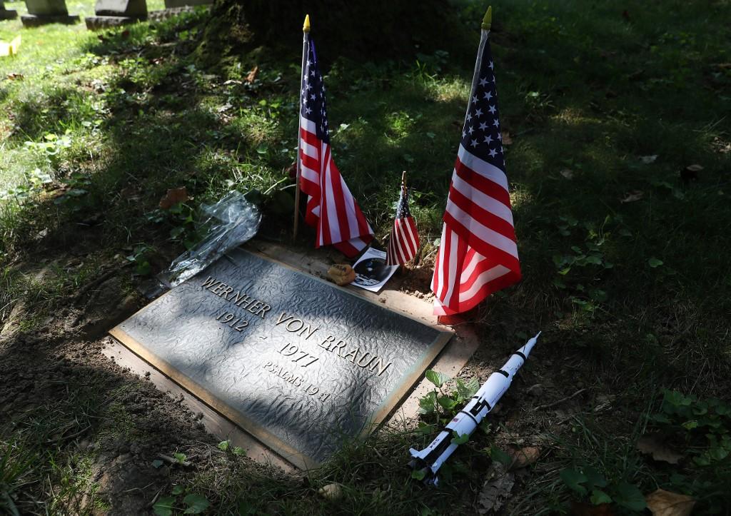ที่พักสุดท้ายของ เวอร์เนอร์ ฟอน บราวน์ (MARK WILSON / GETTY IMAGES NORTH AMERICA / AFP)
