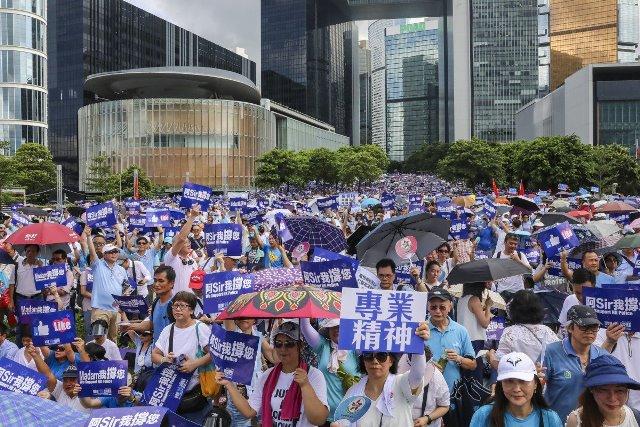 ชาวฮ่องกงหลายหมื่นออกมาให้กำลังใจตำรวจ-ร้องยุติความรุนแรง ก่อนประท้วงใหญ่พรุ่งนี้