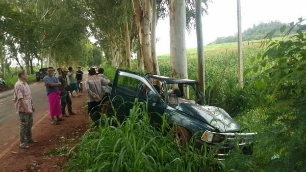 ชายแดนไทย-พม่าฝนตกถนนลื่น รถขนคนงานพุ่งชนต้นไม้ คนกระเด็นดับ 1 เจ็บยกคัน