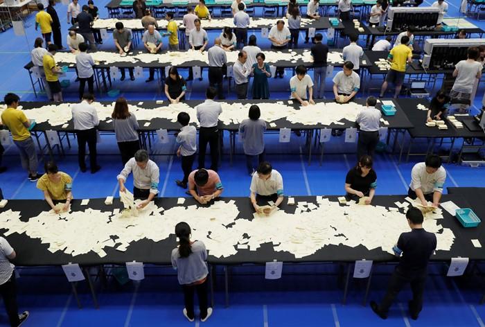 พวกเจ้าหน้าที่การเลือกตั้งของญี่ปุ่นนับคะแนนจากบัตรเลือกตั้งสมาชิกสภาสูง  ที่กรุงโตเกียว เมื่อคืนวันอาทิตย์ (21 ก.ค.)
