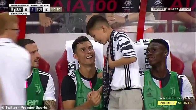 """""""พี่โด้"""" ใจอารี ชวนแฟนบอลเด็กแจมซุ้มเก้าอี้สำรอง"""