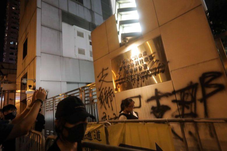 """ทูตและสื่อจีนประณามผู้ประท้วงโจมตี """"สำนักงานปักกิ่ง"""" ในฮ่องกง"""