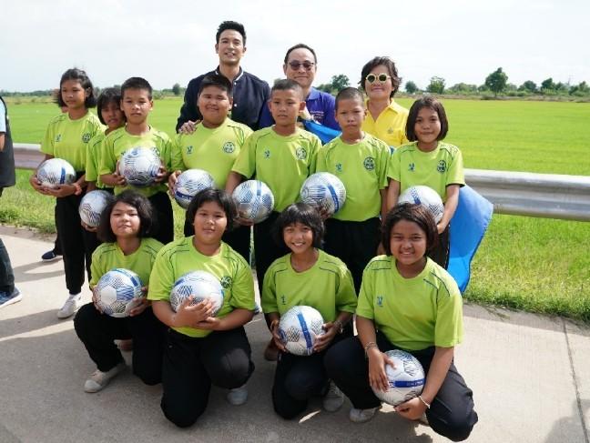 """คิง เพาเวอร์ ไทย เพาเวอร์ พลังคนไทย เดินหน้าส่งมอบความสุข แจกฟุตบอลทั่วไทย ชวน """"เกรท"""" ร่วมกิจกรรม ณ โรงเรียนหนองน้ำส้มวิทยาคม จ.พระนครศรีอยุธยา"""