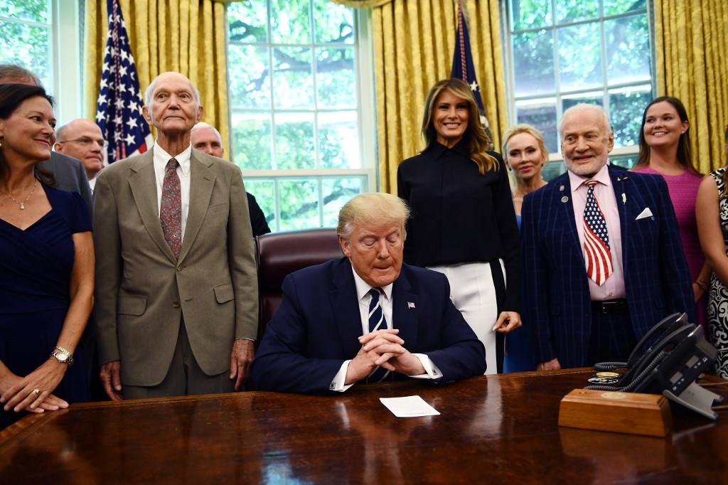 ไมเคิล คอลลินส์ (ที่ 2 จากซ้าย) และ บัซ อัลดริน (ขวา) เข้าพบ โดนัลด์ ทรัมป์ ประธานาธิบดีสหรัฐฯ (Brendan Smialowski / AFP)