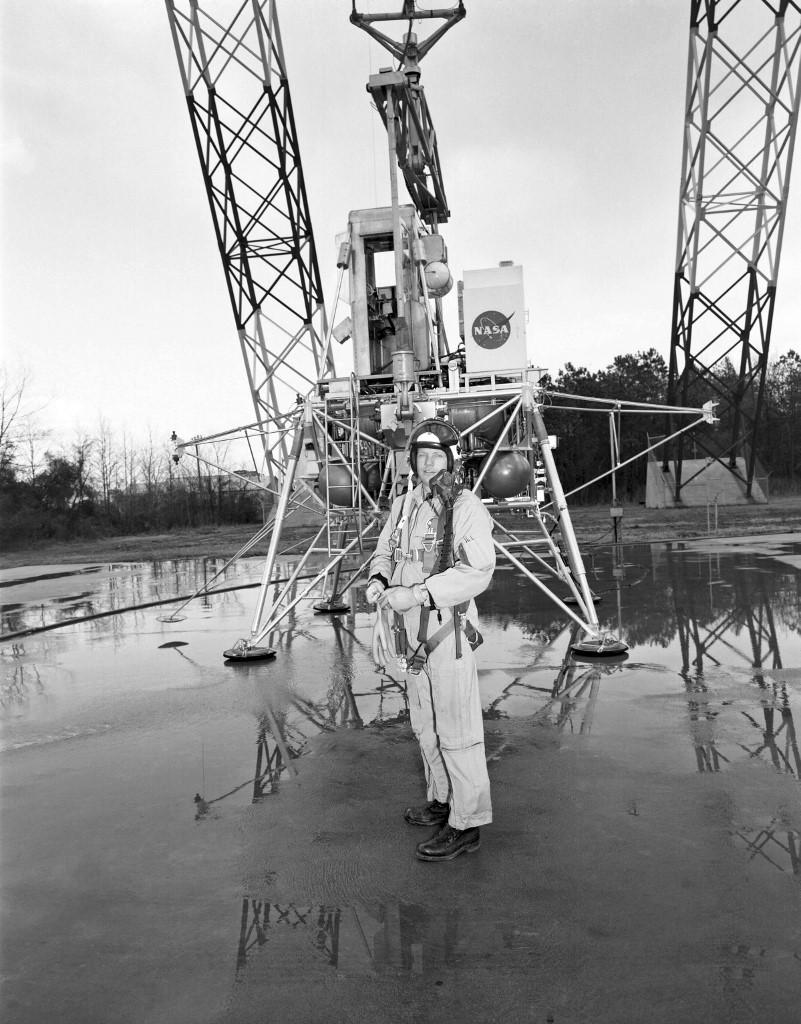 ภาพ นีล อาร์มสตรอง ฝึกซ้อมสำหรับภารกิจอะพอลโล 11 เมื่อ ก.พ.1969 ที่สำนักวิจัยการลงจอดดวงจันทร์ (Lunar Landing Research Facility) ก่อนจะสร้างประวัติศาสตร์เป็นมนุษย์คนแรกที่ก้าวลงดวงจันทร์ในอีก 5 เดือนหลังจากนั้น (NASA file photo / HO / AFP )