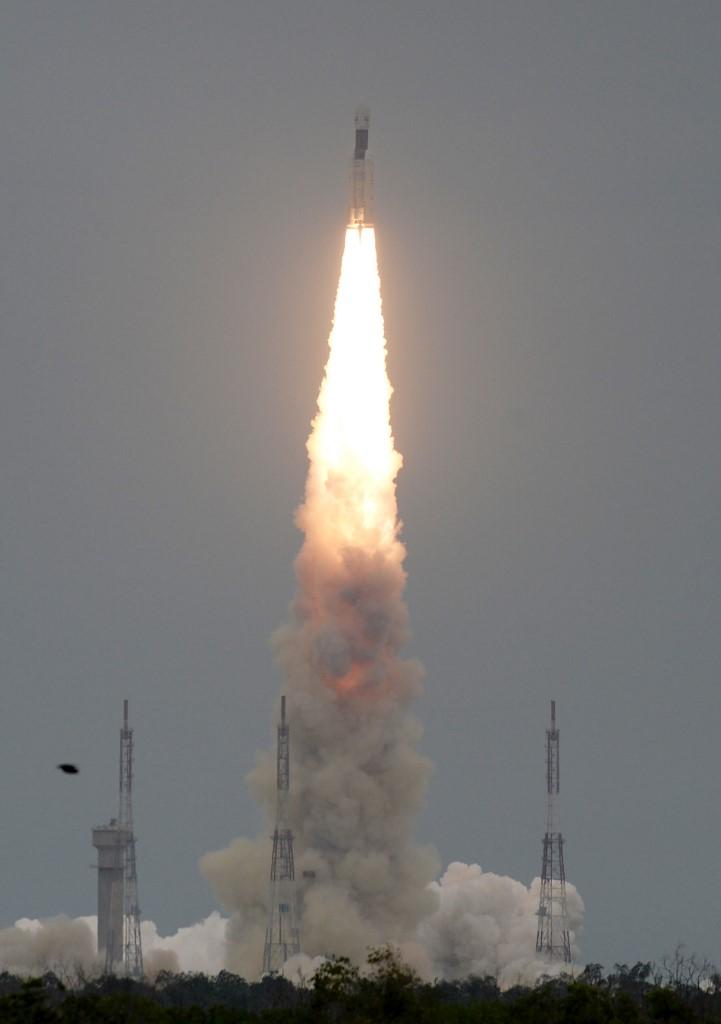 จรวดนำส่งดาวเทียมทะยานฟ้านำจันทรายาน 2 ขึ้นจากฐานปล่อยจรวดมุ่งสู่ดวงจันทร์ (ARUN SANKAR / AFP)