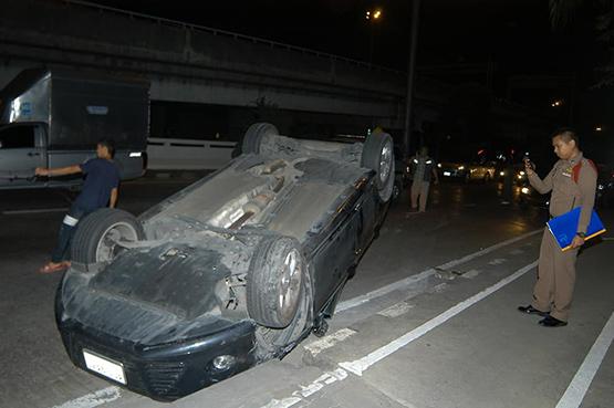 หนุ่มใหญ่ซิ่งเก๋งเสยท้ายแท็กซี่ รถพลิกคว่ำบาดเจ็บเล็กน้อย 3 ราย