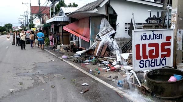 นึกว่าถ่ายหนังฟาสต์9!โจ๋ลำปางซิ่งกระบะชนทะลุบ้านข้างทาง-ร้านลาบกระเด็น