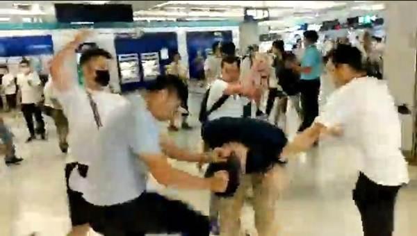 """เผยเหตุสะพรึงในฮ่องกง """"ม็อบเสื้อขาว"""" ไล่ตีผู้โดยสารรถไฟใต้ดิน สะพัด """"เทรนเนอร์มวยชาวไทย""""มีเอี่ยวด้วย"""