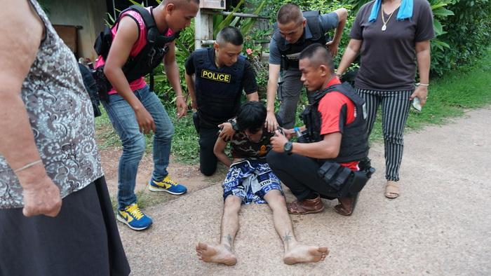 ตำรวจหนองคายไล่ล่าจับคนร้ายทาสยาบ้า แต่เหิมยิงตำรวจเจ็บ