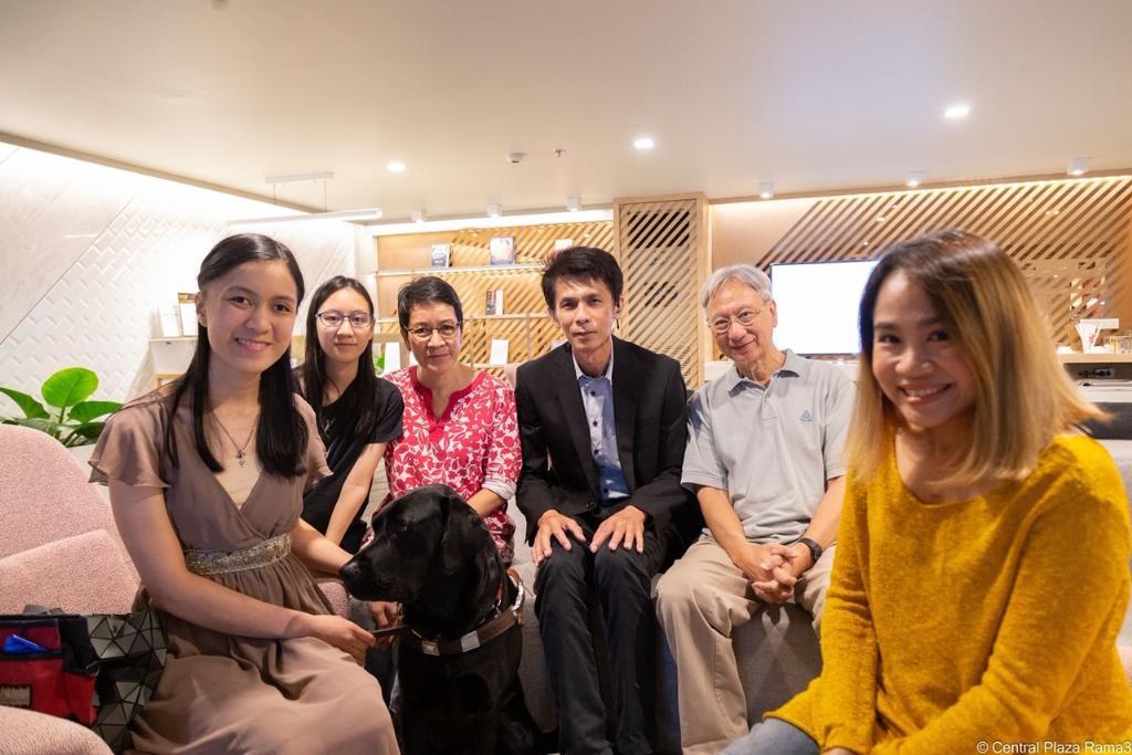 """""""เซ็นทรัล"""" นำร่องอำนวยความสะดวกให้ผู้พิการทางสายตาอนุญาตให้นำ """"สุนัขนำทาง"""" ที่ผ่านการฝึกแล้วเข้ามาในศูนย์การค้าได้"""