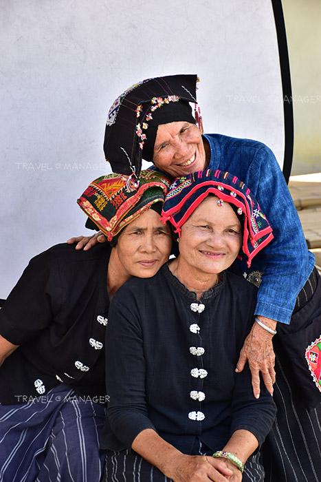 ชาวไทดำในชุดผ้าพื้นเมืองที่หมู่บ้านวัฒนธรรมไทดำ