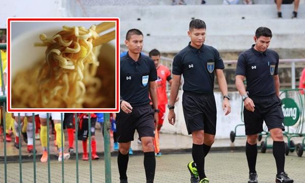 นี่แหละบอลไทย! สาดมาม่าใส่หน้าผู้ตัดสิน/ เด็กยกน้ำห้าวด่าเปา พร้อมบทลงโทษ
