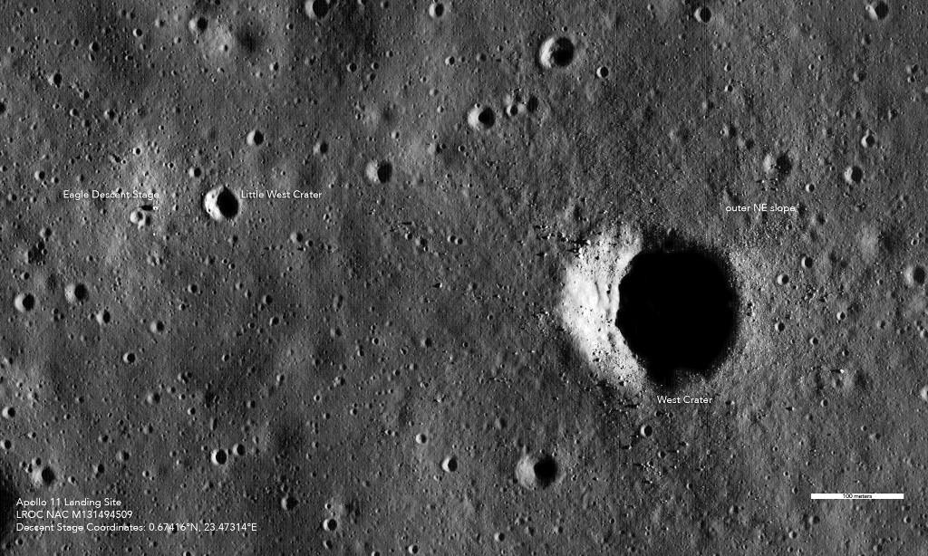 ภาพถ่ายจากยานโคจรของนาซา เผยให้เห็นจรวดท่อนปล่อยตัวของโมดูลดวงจันทร์อีเกิลจากปฏิบัติการอะพอลโล 11 ใกล้ๆ หลุมอุกกาบาตลิตเติลเสวต์ (Little West Crater) ด้านมุมมบนซ้าย (HO / NASA/Goddard/Arizona State University / AFP)