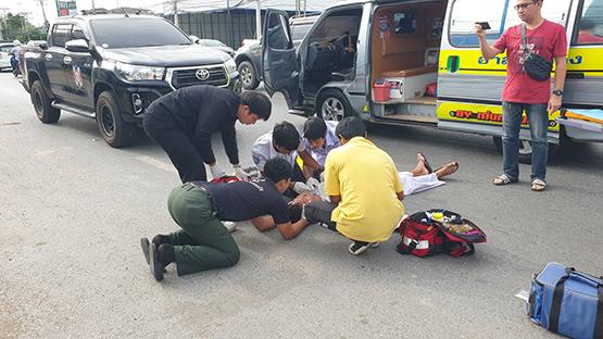 ชายชุดขาวกระโดดพุ่งใส่รถกระบะ บาดเจ็บ กู้ชีพหามส่งโรงพยาบาล