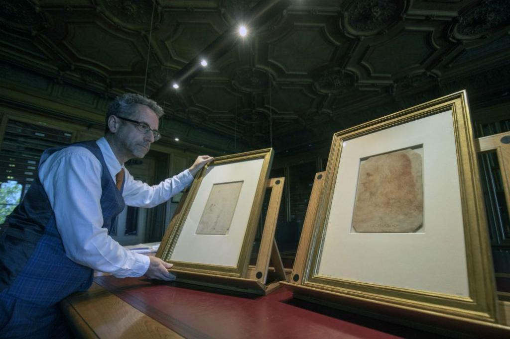 ภาพเหมือนและผลงานของลีโอนาร์โด ดาร์วินชี ซึ่งเป็นส่วนหนึ่งในของสะสมพระราชวังวินซอร์ (AP)