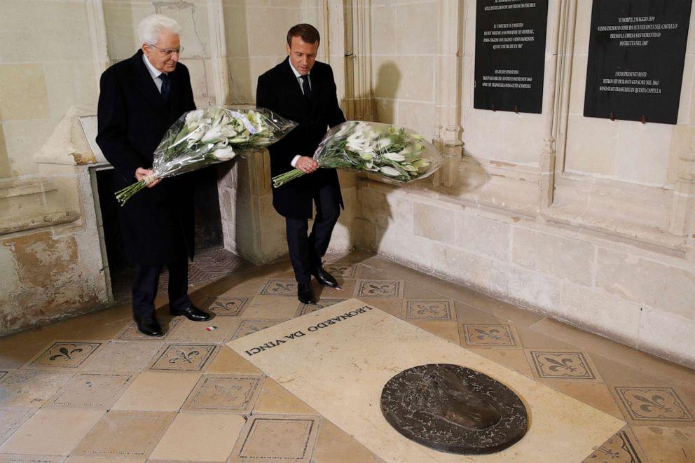 Emmanuel Macron ประธานาธิบดีฝรั่งเศส (ขวา) และ Sergio Mattarella ประธานาธิบดีอิตาลี (ซ้าย) วางดอกไม้ที่หลุมศพ ลีโอนาร์โด ดาร์วินชี (AP)