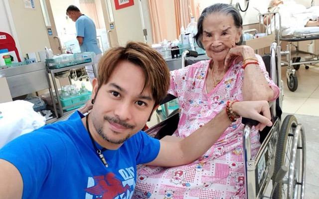 """แฟนคลับเป็นห่วง """"คุณยายมารศรี"""" วัย 96 ปี หกล้ม """"พ็อตตี้ ณัฏฐพล"""" พาหาหมอดูแลไม่ห่าง"""