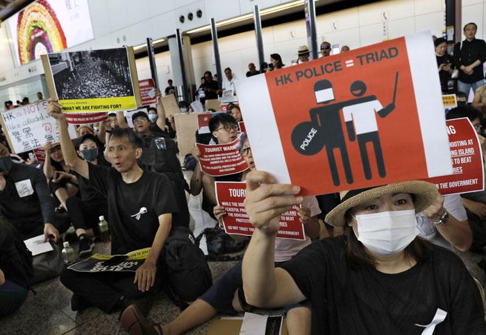 ด่วน! ผู้ประท้วงฮ่องกงบุกสนามบิน หวังเรียกร้องนานาชาติร่วมต้าน กม.ส่งผู้ร้ายข้ามแดน