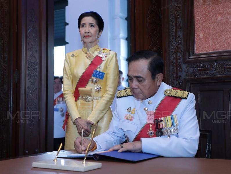 นายกฯนำคณะรัฐมนตรี ลงนามถวายพระพร ในหลวง ในโอกาสวันเฉลิมพระชนมพรรษา