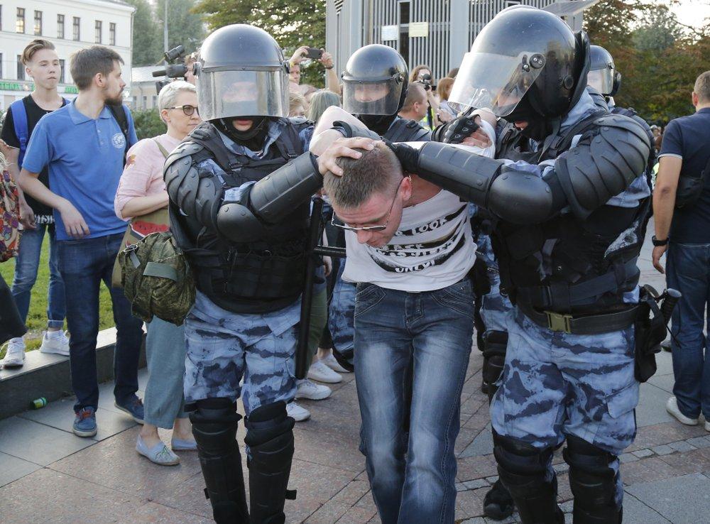 ตำรวจรัสเซียรวบผู้ชุมนุมกว่าพันคน สลายกลุ่มผู้ประท้วงปลดล็อคเลือกตั้ง