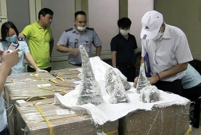 เวียดนามยึดนอแรดหนัก 125 กิโล ซุกปูนปลาสเตอร์ในสนามบินฮานอย