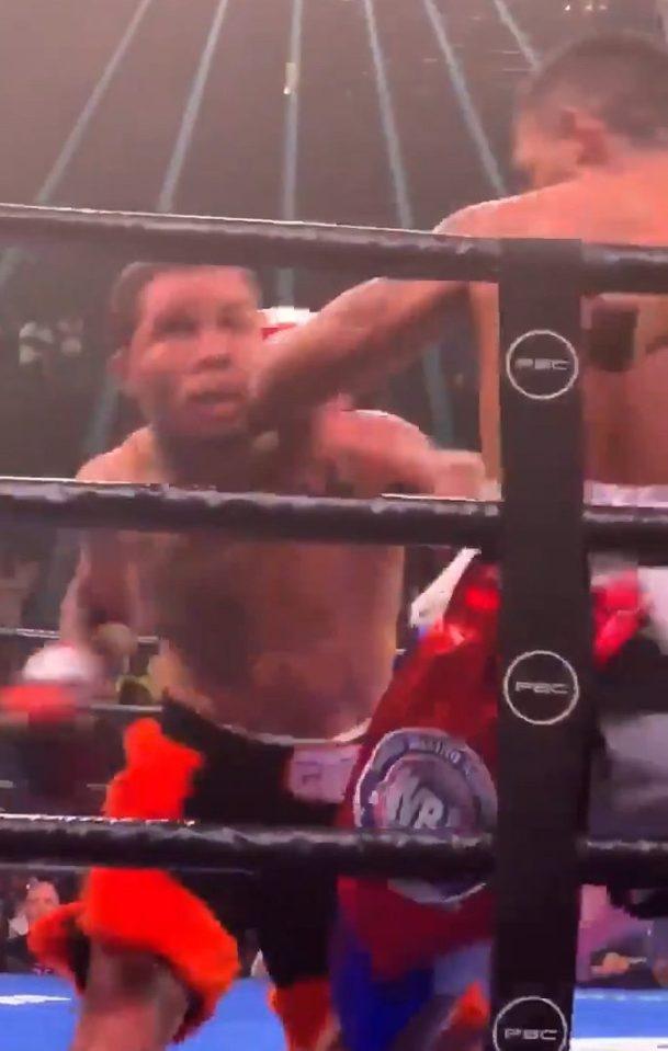 """ยลเชิงมวย ลูกบุญธรรม """"ฟลอยด์"""" รัว 16 หมัด น็อกยก 2 ป้องแชมป์โลก WBA"""