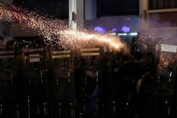 ภาพตำรวจยิงแก็สน้ำตาใส่ผู้ประท้วงเรียกร้องประชาธิปไตยในวันอาทิตย์(28 ก.ค.) ระหว่างเหตุปะทะฯที่เข้าสู่สัปดาห์ที่ 8 (ภาพ รอยเตอร์ส)