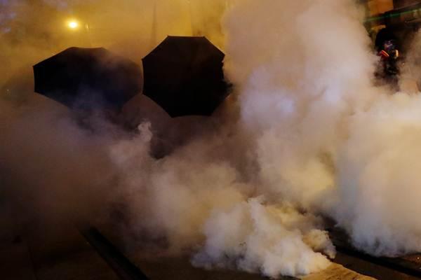 ผู้ประท้วงใช้ร่มป้องกันตัวขณะที่ตำรวจยิงแก็สน้ำตาใส่ผู้ประท้วงในวันอาทิตย์(28 ก.ค.) ระหว่างเหตุปะทะฯที่เข้าสู่สัปดาห์ที่ 8 (ภาพ รอยเตอร์ส)