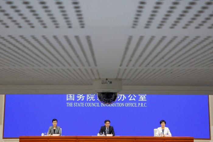 <i>หยาง กวง (กลาง) และ สือ ลู่อิง (ขวา) โฆษกของสำนักงานกิจการฮ่องกงและมาเก๊า แห่งคณะรัฐมนตรีจีน แถลงข่าวที่กรุงปักกิ่ง ในวันจันทร์ (29 ก.ค.) </i>