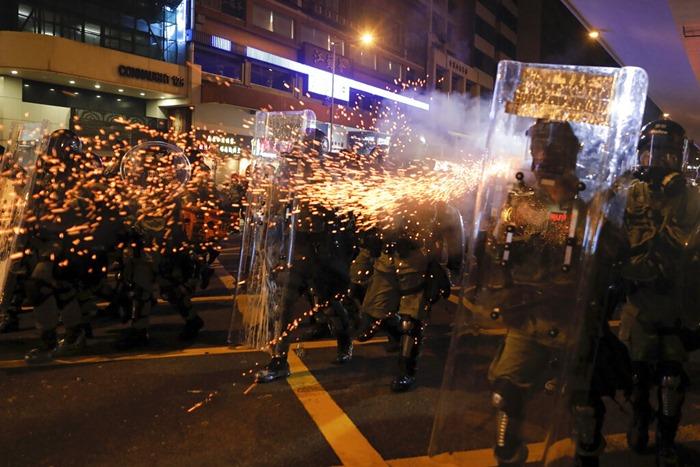 <i>ตำรวจปราบจลาจลของฮ่องกงยิงแก๊สน้ำตาเพื่อขับไล่ผู้ประท้วง เมื่อคืนวันอาทิตย์ (28 ก.ค.) </i>