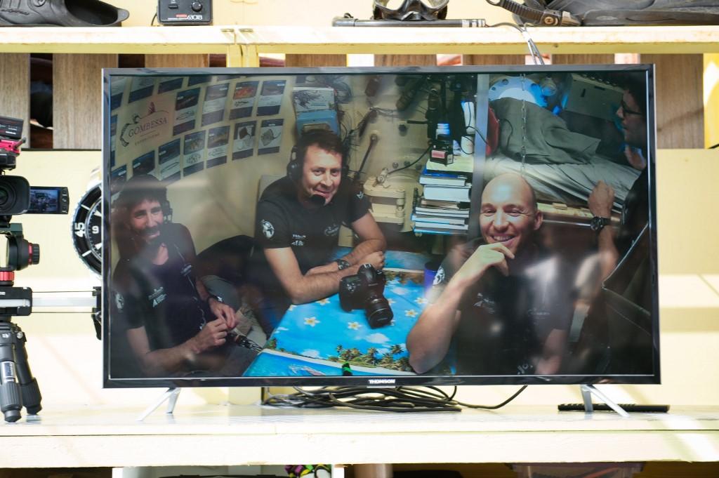 (ซ้ายไปขวา) ธีโบลต์ รอบี , โลรองต์ บัลเลสตา และ อังโตแนง กิลแบร์ ระหว่างแถลงข่าวจากตู้ดำน้ำใต้ทะเล (CLEMENT MAHOUDEAU / AFP)