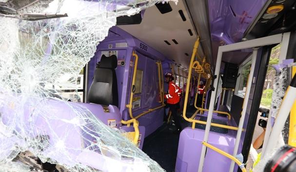 รถบัสฮ่องกงชนกันใกล้ทางออกอุโมงค์ต่ายหล่ำเช้านี้ เจ็บร่วม 77  คนขับรถบัสติดออกมาไม่ได้