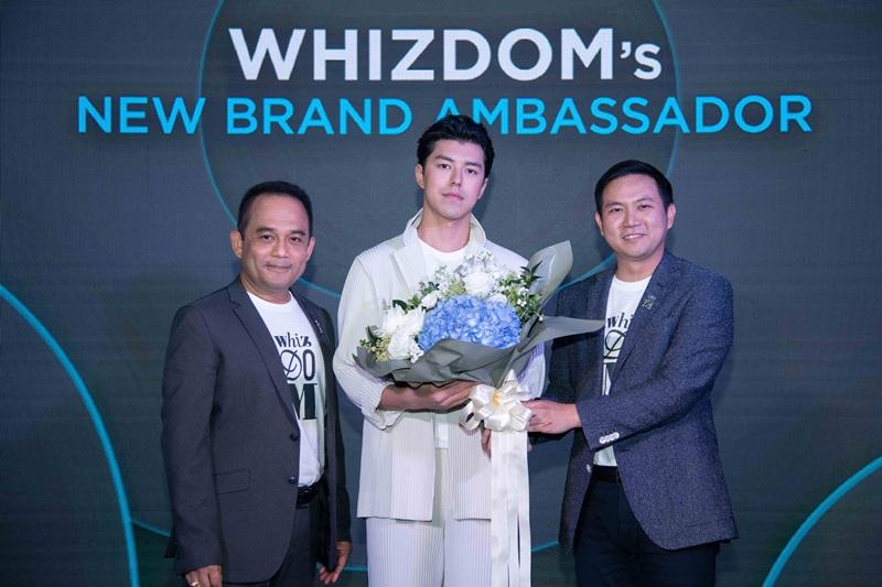 กฤษฐ์สยุทธ ชววิทยาธรรม และอัษฎา แก้วเขียว มอบช่อดอกไม้แก่ Whizdom Brand Ambassador นาย ณภัทร
