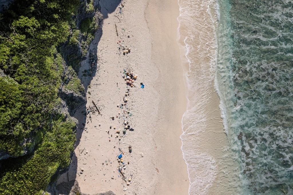 ขยะพลาสติกที่ถูกซัดขึ้นชายหาดบนเกาะแฮนเดอร์สันในมหาสมุทรแปซิฟิกตอนใต้ (Iain McGregor / STUFF / AFP )