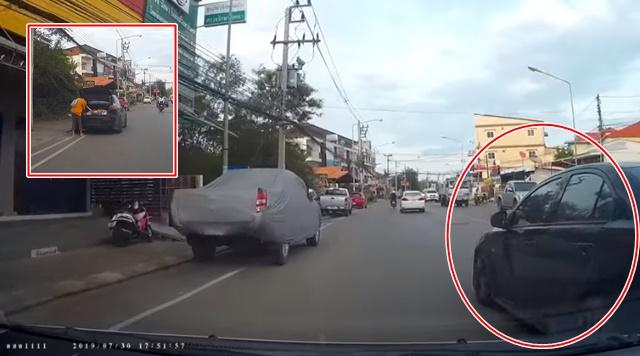 สุดมักง่าย! เก๋งดำขับปาดหน้าหาที่จอดรถกลางเมืองขอนแก่น แถมลงรถทำเหมือนไม่มีอะไร
