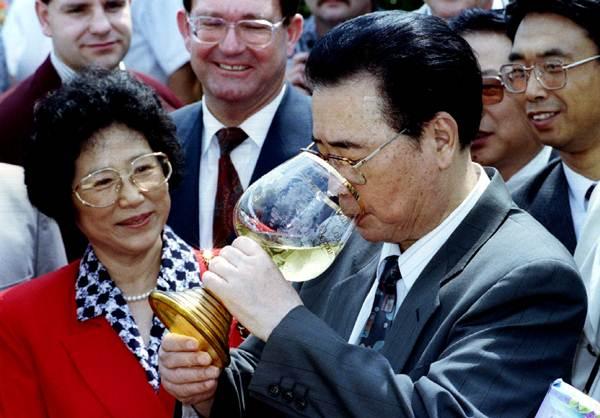 นายกรัฐมนตรีหลี่ เผิง (ขวา) กำลังดื่มฉลอง และภริยา จู หลิน (ซ้าย) หลังการล่องเรือแม่น้ำไรน์ เยอรมนีในวันที่ 6 ก.ค. 1994 (แฟ้มภาพ รอยเตอร์ส)